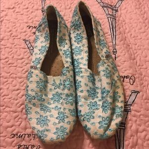 Blue and White Floral Embroidered Toms, Size 7